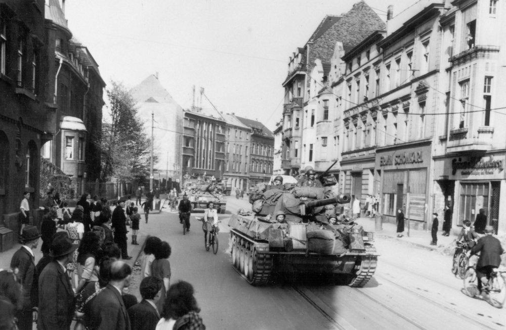 Amerikanische Panzer rücken am 17. April 1945 über die Flurstraße in die Innenstadt ein